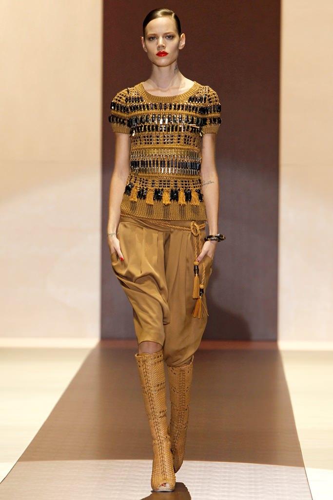 Но в зависимости от того, какие брюки по крою и стилю и с чем носить коричневые брюки, создаются совершенно разные...