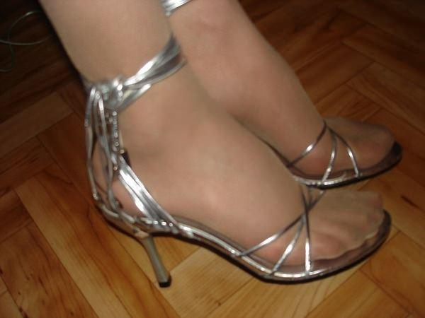 голая старая женчина в колготках и туфлях в школе